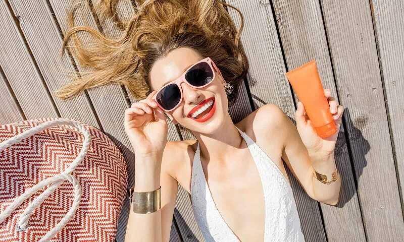 Bảo vệ da mỗi ngày với kem chống nắng trước khi đi ra ngoài