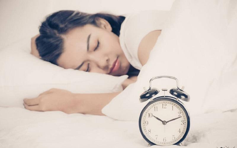 Đi ngủ sớm trước 11h để mắt có thời gian nghỉ ngơi sau một ngày dài