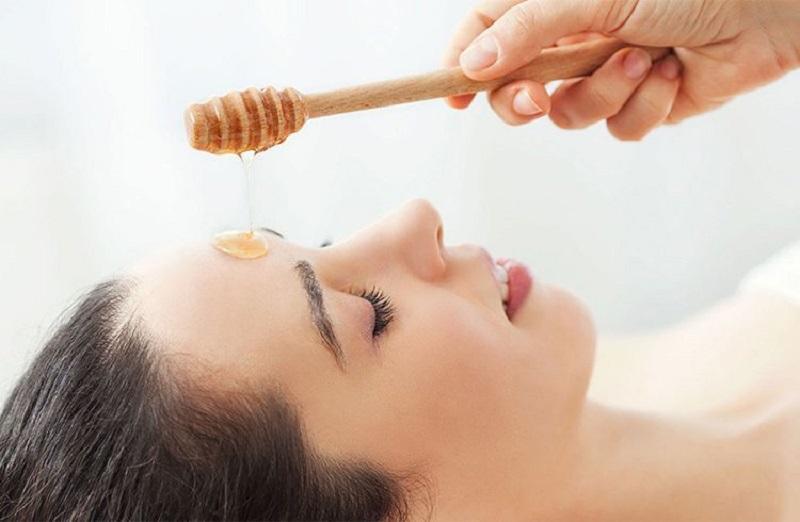 Mật ong có đặc tính kháng viêm, kháng khuẩn nên giúp làm dịu da, giảm mụn