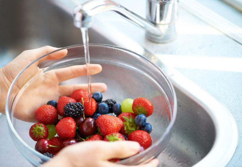 Việc ngâm rửa hoa quả bằng nước ion kiềm mạch sẽ giúp loại bỏ vị chát và các hóa chất độc hại