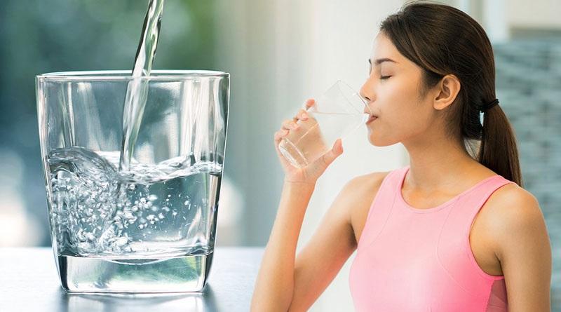 Uống nước đúng tư thế là điều quan trọng bạn cần biết để bảo vệ sức khỏe