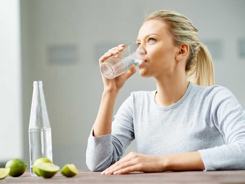 Ngồi uống nước là tư thế đúng được các chuyên gia khuyến cáo thực hiện