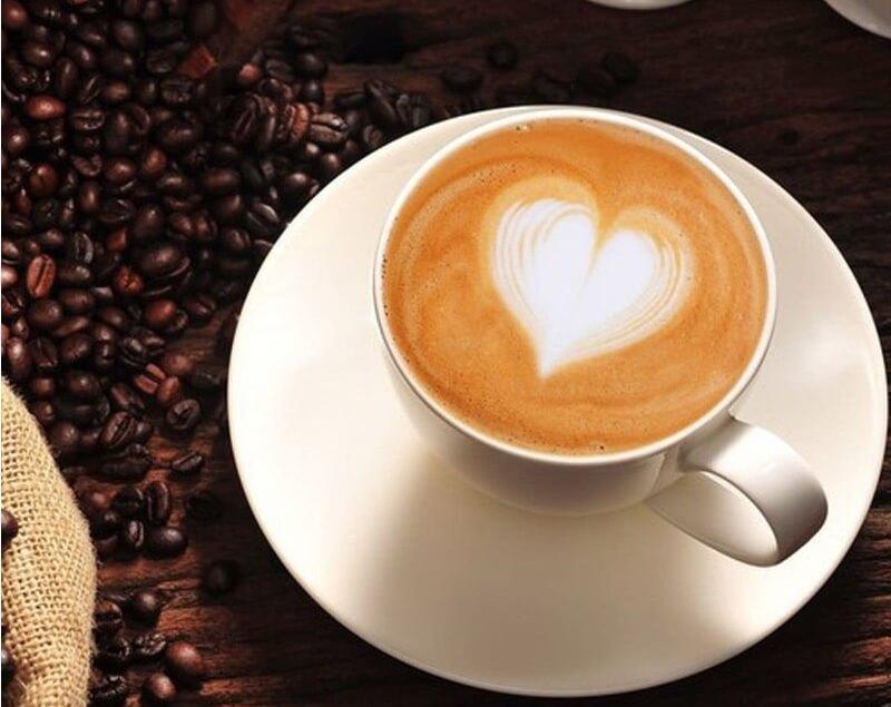 Món latte cafe được pha chế điêu luyện và bày trí vô cùng bắt mắt được giới trẻ yêu thích