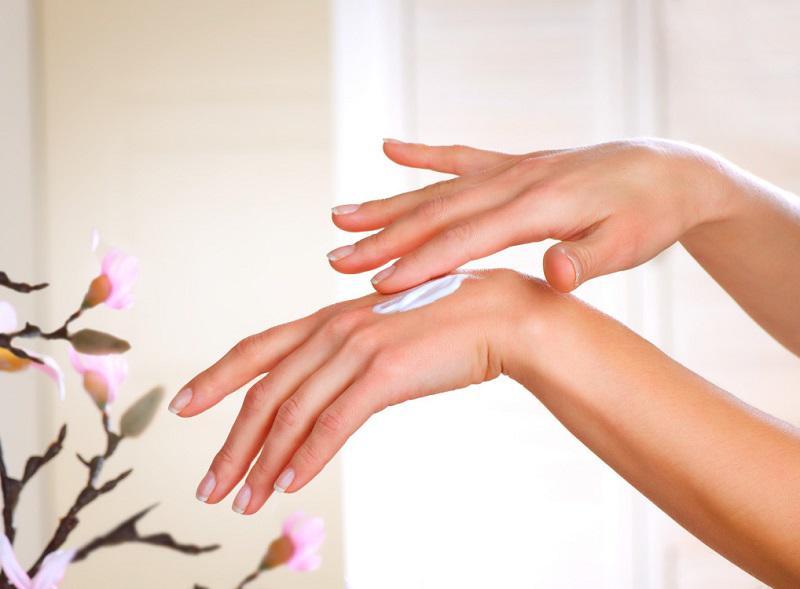 Sử dụng kem dưỡng giúp làn da luôn mềm mịn, săn chắc