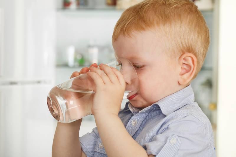 Trẻ nhỏ có thể sử dụng nước trung tính để uống thuốc hoặc uống sữa