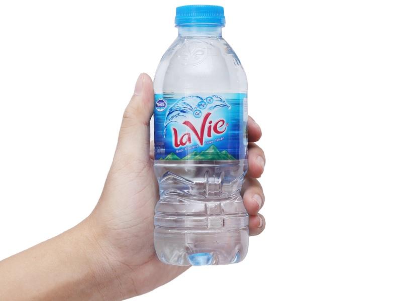 Nước uống Lavie là loại nước tinh khiết đóng chai được nhiều người tin dùng