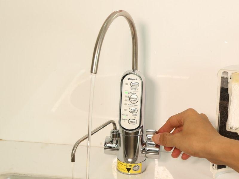 Các thao tác sử dụng máy lọc nước điện giải ion kiềm cleansui eu301 khá đơn giản, dễ thực hiện
