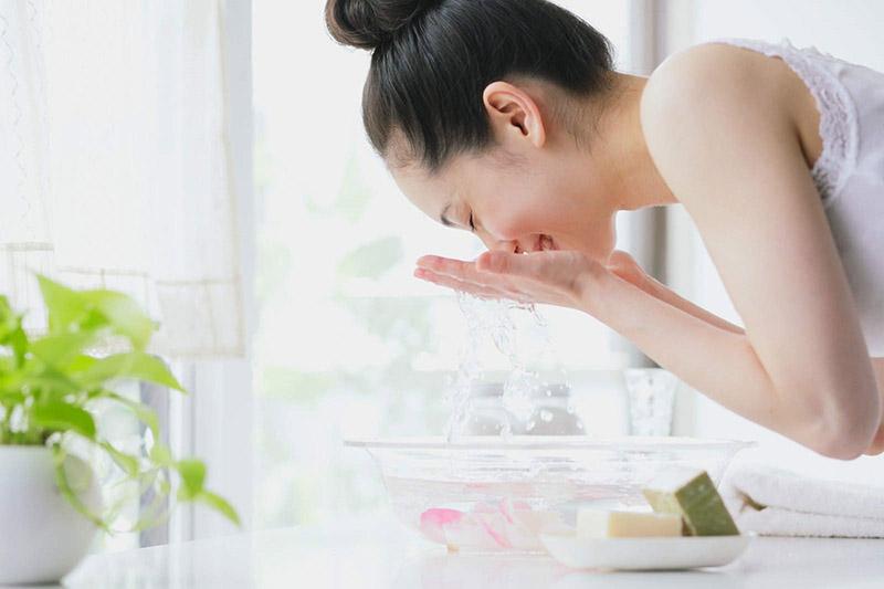 Có thể dùng nước để rửa mặt, tẩy trang