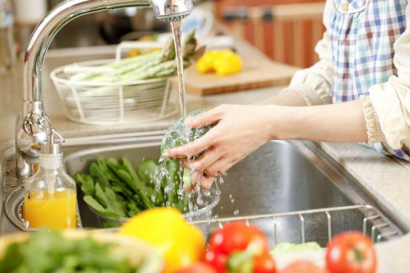 Nước ion kiềm mạnh giúp rửa rau củ quả rất sạch